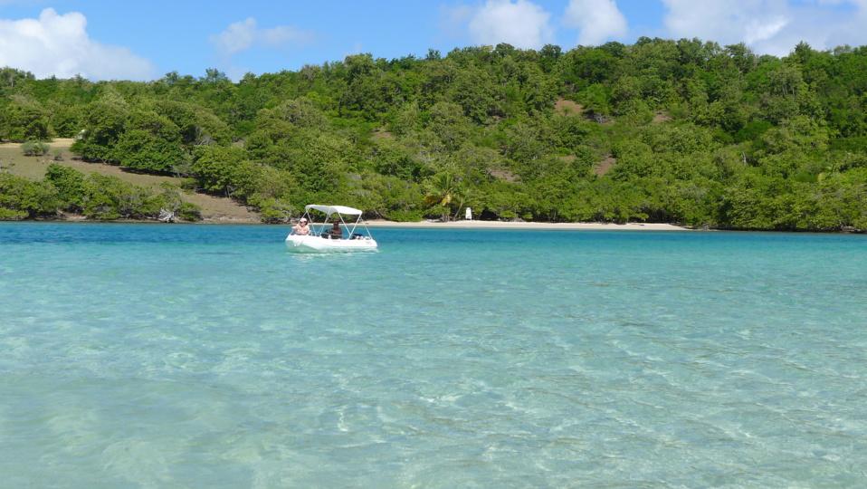 Idée cadeau Noel en Martinique : la location de bateau moteur sans permis