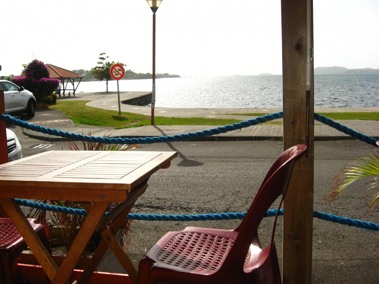 Plusieurs terrasses longent le front de mer du bourg avec une vue imprenable